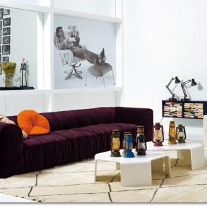 Prosta sofa Strips wygląda jakby była złożona z malutkich, miękkich kwadratów. Takie pokrycie sofy z pewnością będzie elementem skupiającym na sobie uwagę. Fot. Artflex
