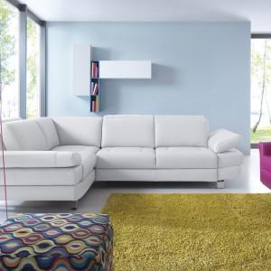 Regulowane zagłówki i podłokietniki narożnika Notte sprawiają, że sofa sama dopasowuje się do naszego ciała, zapewniając tym samym doskonały komfort.  Fot. Gala Collezione
