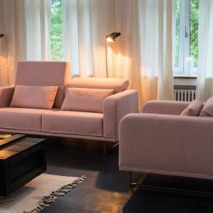 Sofa Deep Space nie tylko zapewnia wygodę siedzenia, dzięki regulowanym oparciom, ale także miejsce do przechowywania, dzięki skrytkom na drobiazgi. Fot. Bruhl