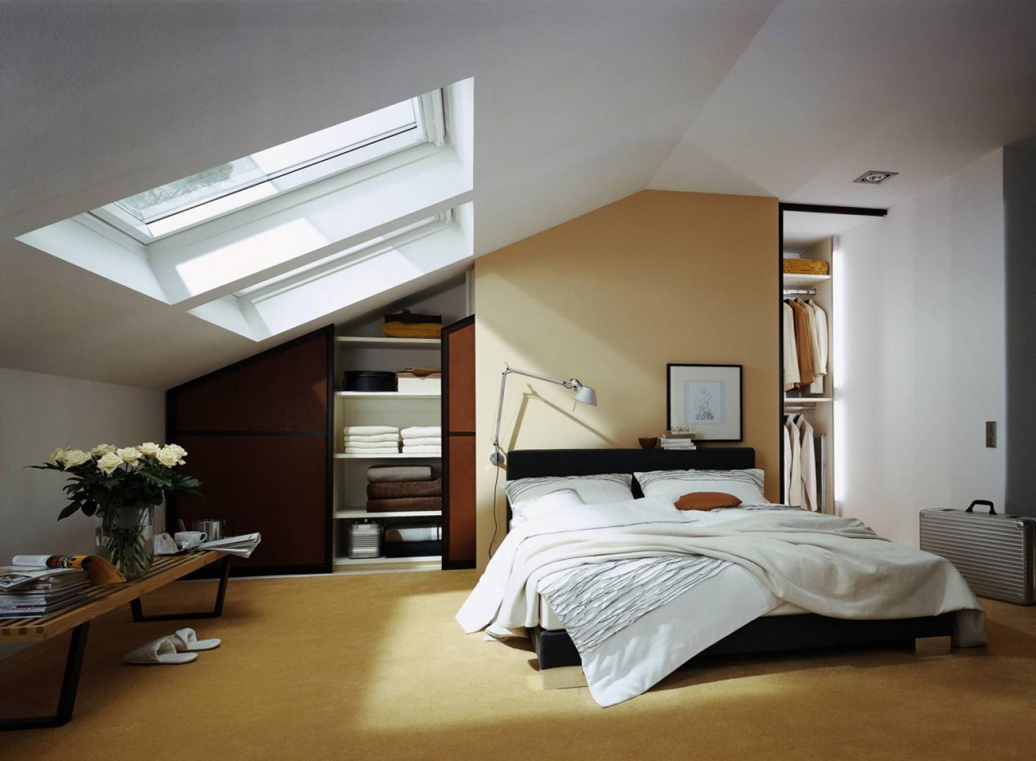Sypialnia na poddaszu, gdzie skosy nie pozwalają na wstawienie klasycznych mebli, jest idealnym miejscem na garderobę. Fot. Raumplus