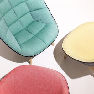 Fotele Uchiwa dostępne są w wielu wykończeniach, a tapicerką pikowaną lub gładką. Dzięki temu można je doskonale wkomponować w każde wnętrze. Fot. Hay