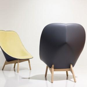 Fotel Uchiwa inspirowany jest japońskimi wachlarzami, które mają podobne kształty. Siedzisko fotela jest otwarte i na tyle szerokie, że zapewnia bardzo duży komfort wypoczynku. Fot. Hay