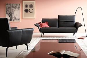 Sofa w salonie. Nowoczesne modele na cienkich nóżkach