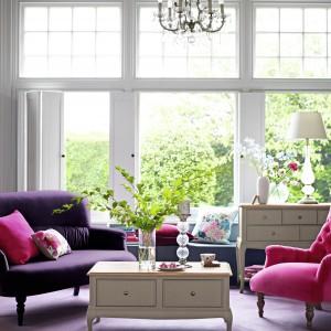 Fotel w salonie może być prawdziwym urozmaiceniem. Wystarczy tkanina w interesujące wzory lub odmienny kolor niż ten, który jest na sofie, aby salon nabrał wspaniałego charakteru. Fot. Marks and Spencer