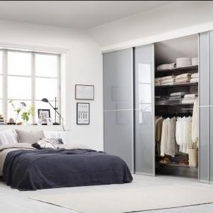Najlepszym miejscem na dużą garderobę lub szafę jest sypialnia. Z powodzeniem można przeznaczyć na nią całą ścianę. Fot. Elfa