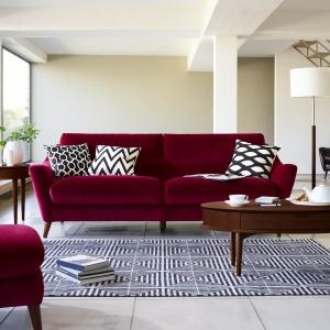 Sofa w kolorze słodkiego wina doskonale skomponuje się ze stolikiem w kolorze ciemnego orzecha. To połączenie, dzięki któremu wnętrze będzie eleganckie. Fot. Furniture Village
