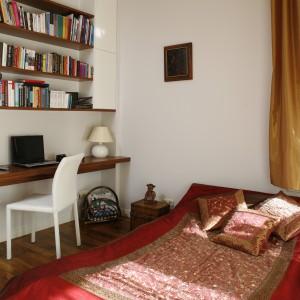 Kącik do pracy zaaranżowano w sypialni. Blat oraz półki to także element ozdobny wnętrza. Projekt: Iwo Kęsy. Fot. Bartosz Jarosz