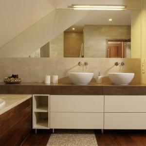 Zabudowy meblowe to praktyczne rozwiązanie w rodzinnej łazience. Pozwalają na przechowywanie środków czystości, kosmetyków, ale również ręczników. Projekt: Magdalena Olchowik, Iza Niesiołowska. Fot. Bartosz Jarosz
