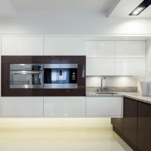 Zazwyczaj szafki kuchenne dotykają podłogi i nie sięgają do sufitu, tutaj zaztosowano odwrotne proporcje. Dzięki temu kuchnia jakby lewituje nad podłgą. Fot. Vigo Meble