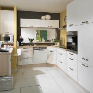 Nawet w najmniejszej kuchni sprawdzi się wysoka zabudowa. Można w niej przecież ukryć lodówkę i sprzęty do pieczenia. Na zdjęciu model Senso 404. Fot. Nobilia
