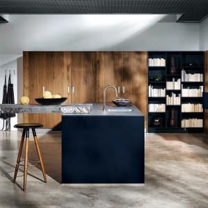 Szafki w kolorze indigo doskonale współgrają z drewnianymi frontami kuchennej szafy. Fot. Max-Fliz