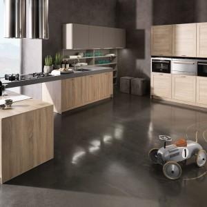 Dzięki wysokiej zabudowie możemy stworzyć kuchnię w kształcie litery U. To kombinacja, która daje wiele swobody w pomieszczeniu. Fot. Rationel