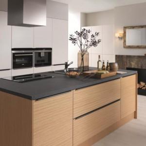 Kuchnie z wysoką zabudową są synonimem nowoczesności. Najlepiej prezentują się w parze z kuchenną wyspą. Na zdjęciu model 37th Savana Avenue. Fot. Black Red White