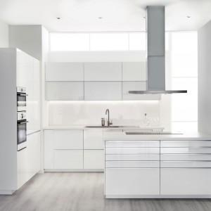 Wysokie szafki kuchenne są doskonałym miejscem na AGD tj piekarnik. Umieszczony na innej wysokości niż podłoga, zapewni wygodne użytkowanie. Fot. IKEA