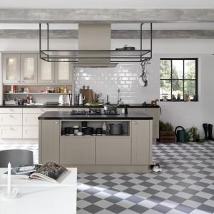 Kuchenna szafa może być swego rodzaju ozdobą w kuchni. Jeśli będzie wyróżniała się kolorem frontów od innych szafek z pewnością przyciągnie uwagę. Fot. Nolte