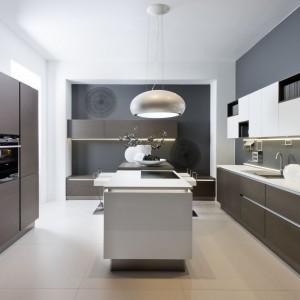 Wysoka zabudowa pozwala ukryć za wysokimi frontami, wszystkie kuchenne akcesoria i sprzęty, pozostawiając wnętrze czyste i niezagracone. Fot. Nolte