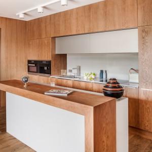Aby kuchnia lekko przechodziła w część strefy dziennej można zastosować na ścianach ten sam materiał, którym wykończone są fronty kuchennych mebli. To rozwiązanie idealne do minimalistycznych wnętrz. Fot. Zajc Kuchnie