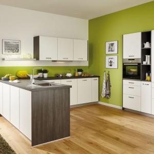 Ciekawe zaaranżowanie wysokiej zabudowy (AGD, szuflady, otwarte półki) sprawi, że będzie ona prawdziwą ozdobą kuchni. Fot. Brigitte Kuchen