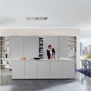 Zabudowana szafa kuchenna może być także zwyczajnym systemem półek, które zamyka się za pomocą drzwi przesuwnych. Podobnie jak szafa w sypialni, jednak z odmiennym przeznaczeniem. Fot. Ballerina Kuchen