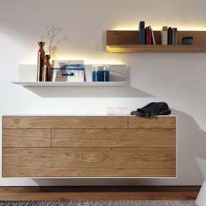 Zestaw Lunis - komoda wraz z półkami - doskonale sprawdzi się w sypialni. Fot. Huelsta