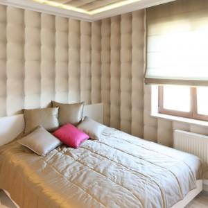 Beżowy kolor ścian idealnie komponuje się z białymi meblami. Projekt: Karolina Łuczyńska Fot. Bartosz Jarosz