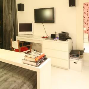 Przytulny kącik do pracy w sypialni. Biurko idealnie komponuje się z przesuwanym stolikiem montowanym do ramy łóżka. Projekt: Katarzyna Mikulska-Sękalska Fot. Bartosz Jarosz