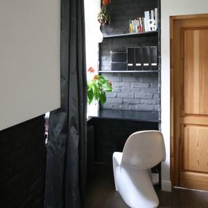 Urządzenie biura w sypialni bywa wyzwaniem, ale nawet niewielka wnęka może być bardzo pomocna. Projekt: Dominik Respondek Fot. Bartosz Jarosz