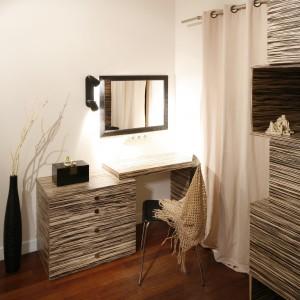 Miejsce do pracy to integralna część sypialni. Biurko ustawione tuż pod ścianą z lustrem stylistycznie nawiązuje do reszty mebli w pomieszczeniu. Projekt: Agnieszka Żyła Fot. Bartosz Jarosz