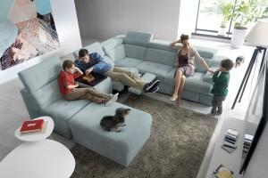 Sofa w salonie. 15 pięknych modeli w jasnym kolorze