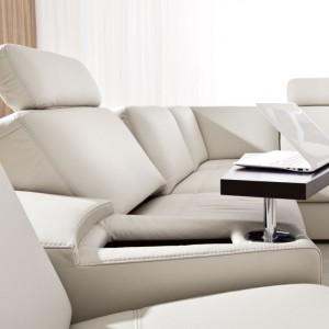 Ruchomy stolik w kolekcji E-Motion marki Etap Sofa umożliwia pracę przy laptopie. Pod blatem znajduje się mały schowek. Fot. Etap Sofa