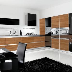 Drewno, czerń i stal to składniki tworzące stylową aranżację kuchni. Fot. Lube