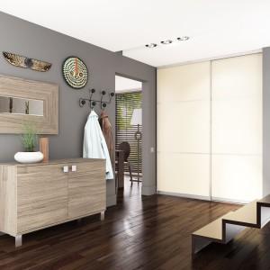 Funkcjonalną opcją są szafy wykonywane na indywidualne zamówienie. To rozwiązanie świetnie sprawdza się również, gdy nasz przedpokój ma nietypowy układ. Fot. Komandor