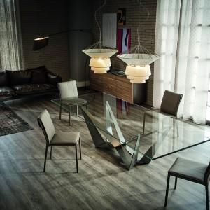 Stół Scorpio marki Cattelan Italia to piękna forma nóg, przesłonięta delikatnie cienkim szklanym blatem. Fot. Max-Fliz