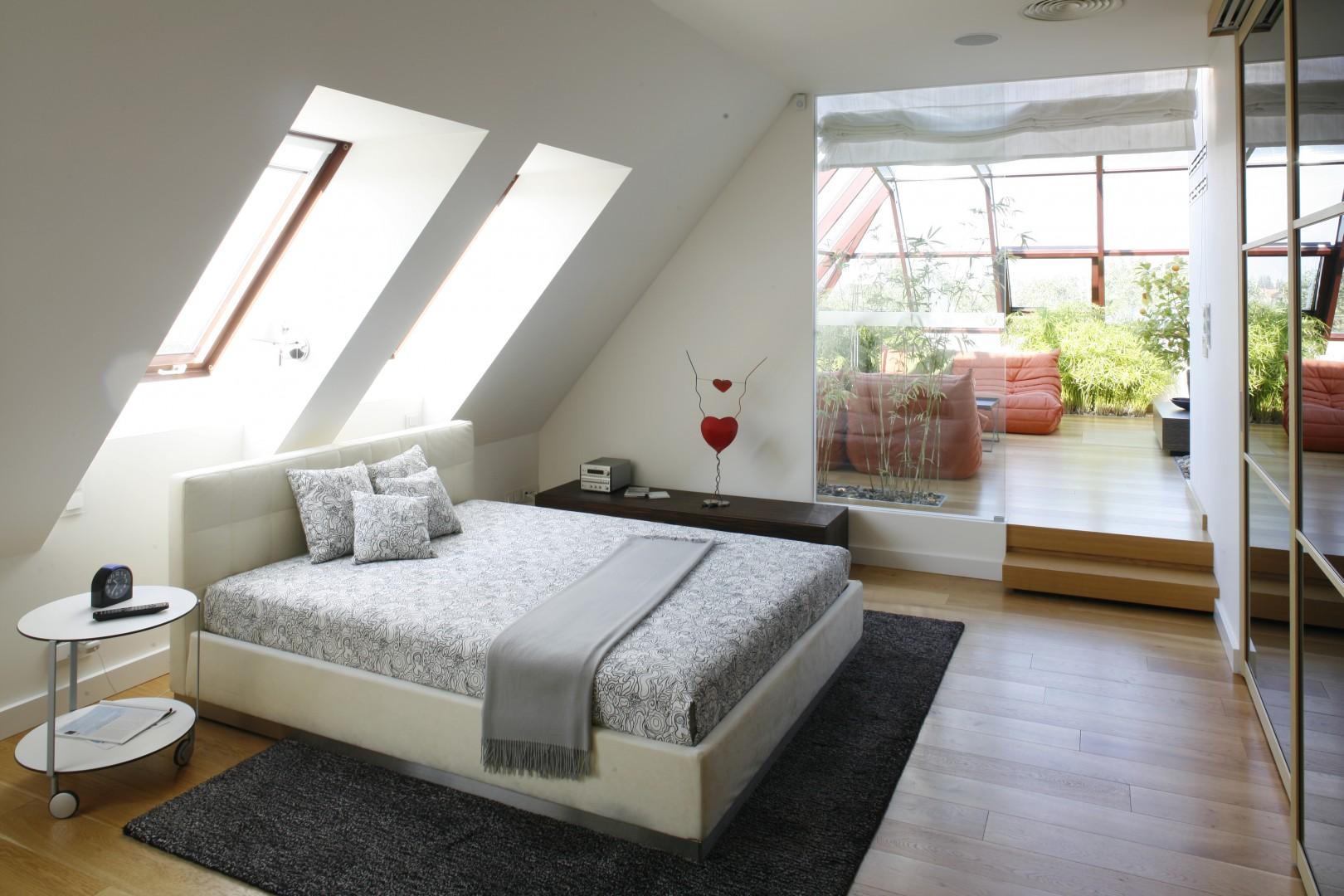 Sypialnia na poddaszu może wyglądać bardzo atrakcyjnie. Projekt: Alina Grzybowska, Konstanty Jeżewski. Fot. Bartosz Jarosz