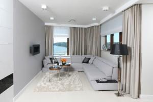 Sofa w salonie. Piękne propozycje w najmodniejszych szarościach