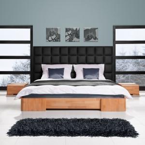 Bukowe łóżko Bit z panelem ściennym. Fot. Beds.pl