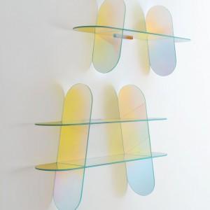 Półki wykonane ze szkła, które mieni się kolorami tęczy to świetna ozdoba ściany. Fot. IMM