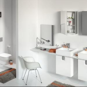 Kolekcja Twins. Jeśli nie posiadasz w swojej łazience dużej ilości miejsca, a przestrzeń przeznaczona na szafkę podumywalkową jest mała, zdecyduj się na montaż pojedynczej szafki, w której zmieścisz najbardziej potrzebne drobiazgi i przybory toaletowe. Fot. Koło