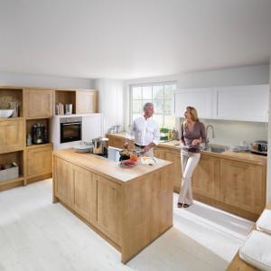 Jasne drewno i biel to połączenie doskonałe, jeśli chcesz, aby kuchnia była ciepła, ale również nowoczesna. Fot. Nolte