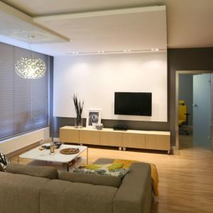 Mieszkanie w bloku zaaranżowane w bieli i szarości. Dzięki temu pomieszczenie wydaje się znacznie przestronniejsze i jaśniejsze. Projekt: Luiza Jodłowska. Fot. Bartosz Jarosz
