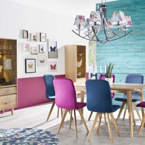 Jadalnia Lovell. Ciekawym dodatkiem do prostego stołu są krzesła z kolorową tapicerką. Fot. Meble Matkowski