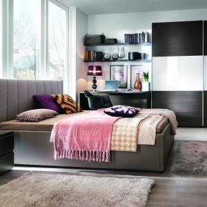 Miękki, tapicerowany zagłówek to świetne rozwiązanie dla osób lubiących czytać przed snem. Można się na nim wygodnie oprzeć. Na zdjęciu sypialnia Lorenzo. Fot. Black Red White