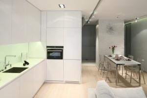 Wysoka zabudowa w kuchni - funkcjonalne rozwiązanie