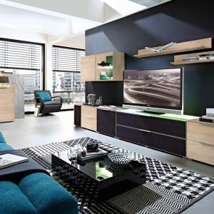 Kolekcja Median to modułowe meble, które pomogą w salonie stworzyć funkcjonalny kącik telewizyjny. Fot. Black Red White