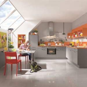 Szara kuchnia z akcentami koloru. Fot. Nobilia