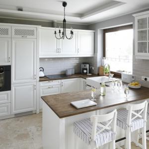 Kuchnia zainspirowana stylistyką angielską. Białe szafki pięknie komponują się z drewnianym blatem. Projekt: Beata Ignasiak. Fot. Bartosz Jarosz