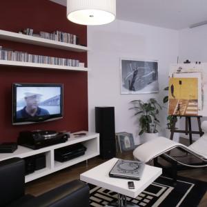 Telewizor w otoczeniu książek, na tle kolorowej ściany. Projekt: Michał Mikołajczak. Fot. Bartosz Jarosz