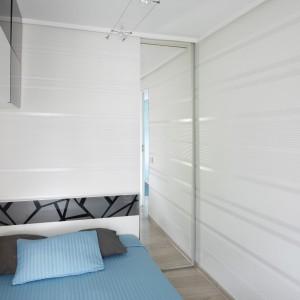 Szafki w innym kolorze umieszczone, wysoko nad łóżkiem nie zagracą przestrzeni i staną się mocnym akcentem we wnętrzu. Projekt: Marta Kilan. Fot. Bartosz Jarosz