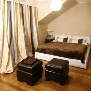 Idealny mariaż beżu oraz bieli. Miękkie, tapicerowane łóżko, zestawiono z brązowymi pufami, na zasadach kontrastu. Projekt: Joanna Liss. Fot. Bartosz Jarosz