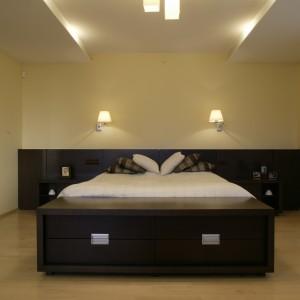 Sypialnia urządzona w minimalistycznym stylu. Masywne, drewniane łoże oraz ławka ulokowana tuż obok, to podstawowe elementy tego wnętrza. Projekt: Wojciech Mazur. Fot. Bartosz Jarosz